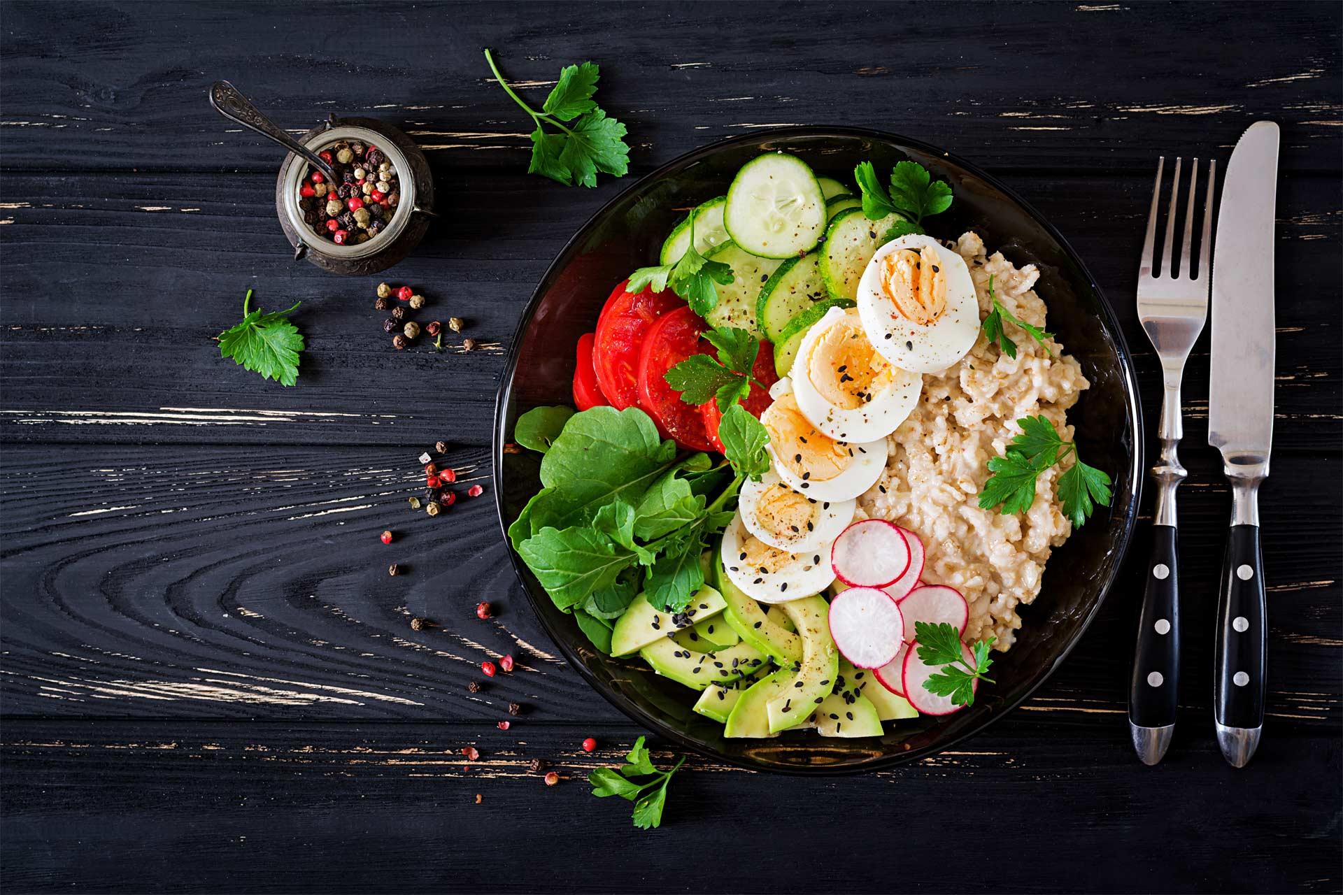 Eine Salatbowl, die dekorativ hergerichtet ist