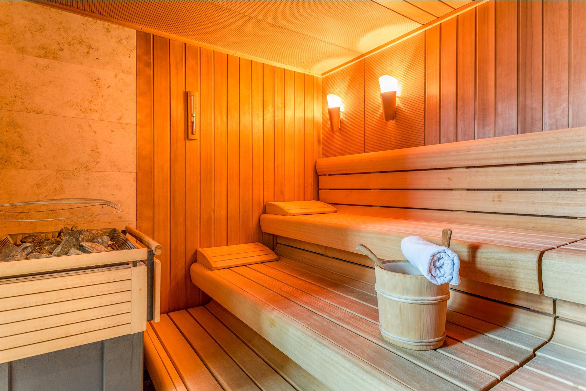 Innenansicht von einer Sauna mit einem Aufguss