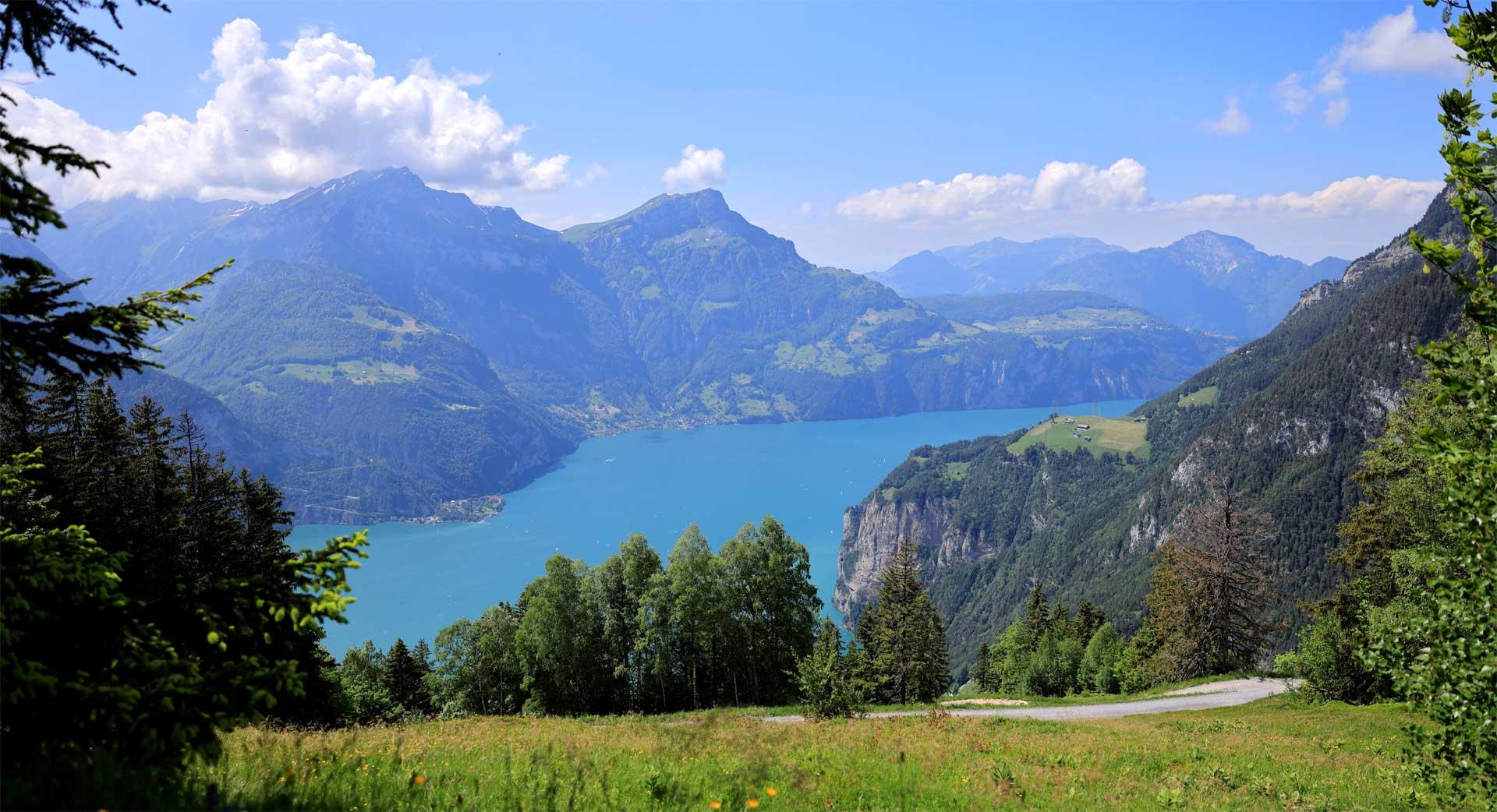 Eine Panoramaaufnahme von einer Berglandschaft mit einem See
